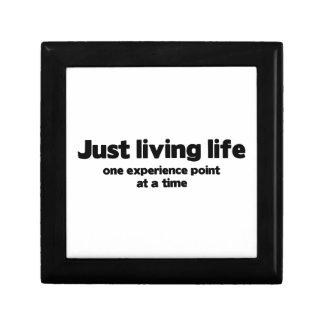 Apenas punto vivo de la experiencia de la vida una caja de recuerdo