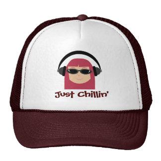Apenas Redhead de Chillin con los auriculares y la Gorras De Camionero