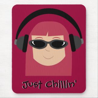 Apenas Redhead de Chillin con los auriculares y la Tapete De Ratón