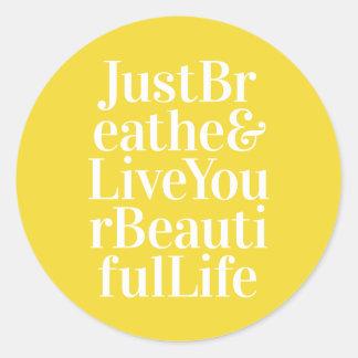 Apenas respire el amarillo inspirador de la cita pegatina redonda