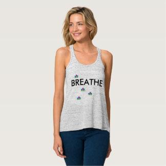 Apenas respire el tanque de la yoga playera de tirantes cruzados holgada