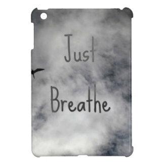 Apenas respire el vuelo del pájaro en cielo nublad iPad mini carcasas
