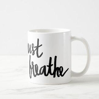 Apenas respire la taza de la tipografía