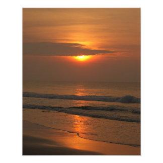 Apenas salida del sol con playas del tono naranja cojinete
