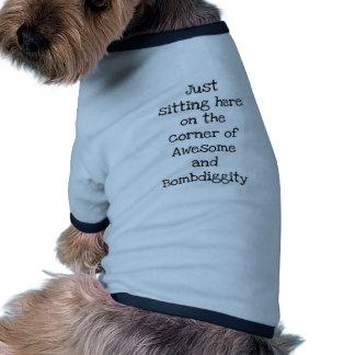 Apenas sentándose aquí camiseta de mascota