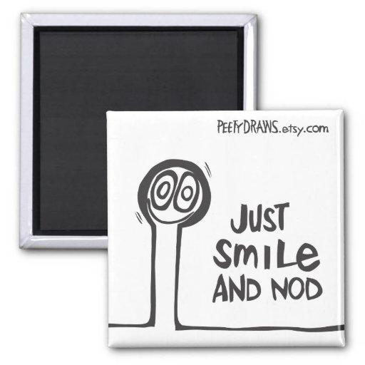 Apenas sonrisa y cabeceo iman de frigorífico