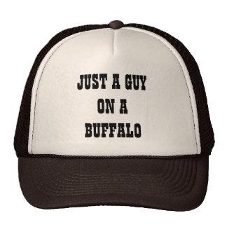Apenas un individuo en un búfalo gorros bordados