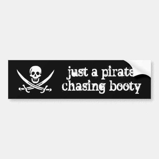 Apenas un pirata que persigue botín pegatina de parachoque