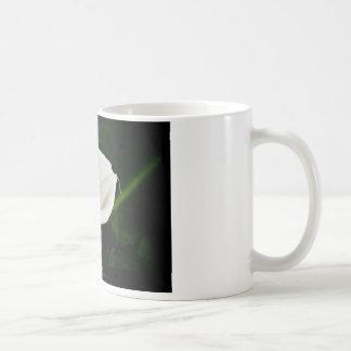 Apenas una flor - flor 020 del lirio blanco tazas de café