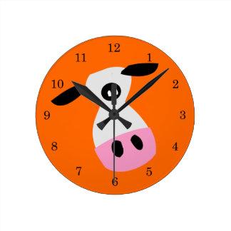 Apenas una vaca reloj redondo mediano