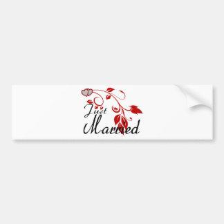 Apenas vides florales unidas casadas de los corazo etiqueta de parachoque