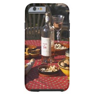 Aperitivo y aperitivos preparados: pan, aceitunas, funda de iPhone 6 tough