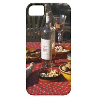 Aperitivo y aperitivos preparados: pan, aceitunas, iPhone 5 funda