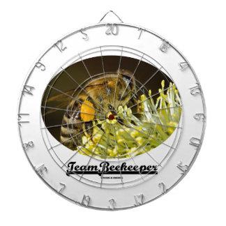 Apicultor del equipo (abeja en la flor amarilla)