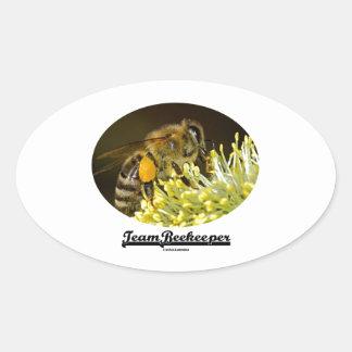Apicultor del equipo (abeja en la flor amarilla) pegatinas de óval