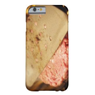 Aplanando una hamburguesa Patty con una espátula Funda Para iPhone 6 Barely There