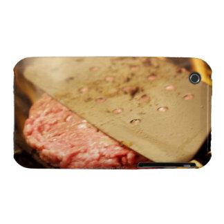 Aplanando una hamburguesa Patty con una espátula Case-Mate iPhone 3 Cárcasas