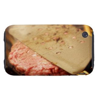 Aplanando una hamburguesa Patty con una espátula Tough iPhone 3 Coberturas