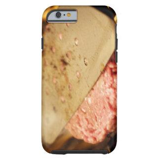 Aplanando una hamburguesa Patty con una espátula Funda De iPhone 6 Tough