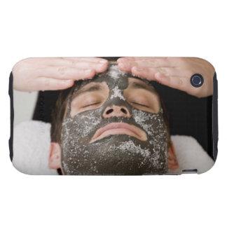 Aplicación de la mascarilla del skincare con la carcasa resistente para iPhone