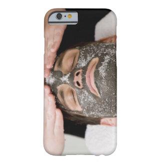 Aplicación de la mascarilla del skincare con la funda barely there iPhone 6