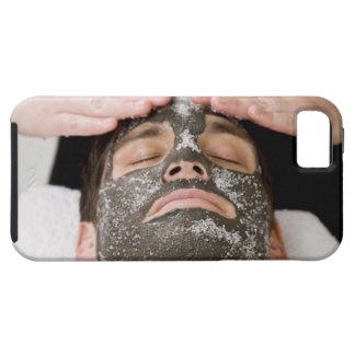 Aplicación de la mascarilla del skincare con la funda para iPhone SE/5/5s