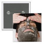 Aplicación de la mascarilla del skincare con la sa pin cuadrada 5 cm