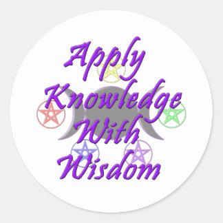 Aplique el conocimiento con la sabiduría pegatina redonda