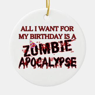 Apocalipsis del zombi del cumpleaños adorno redondo de cerámica