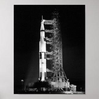 Apolo 11 en la plataforma de lanzamiento póster