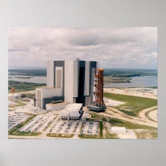 Apolo 11 que sale del edificio de la asamblea del  póster