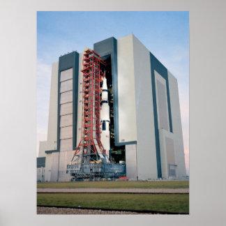 Apolo 14 que sale del edificio de la asamblea del  posters