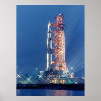 Apolo 16 en la plataforma de lanzamiento posters
