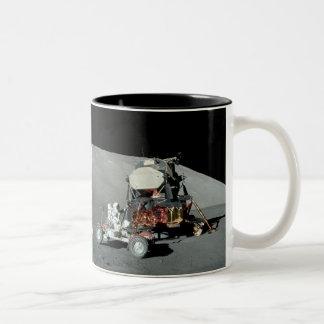 Apolo 17 - El alunizaje servido final Taza De Dos Tonos