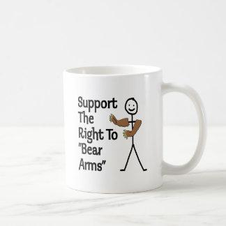Apoye la derecha de llevar los brazos taza
