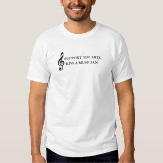 Apoye los artes besan a un músico polera