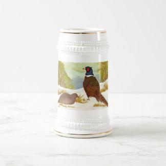 Apoyo de faisanes en nieve jarra de cerveza