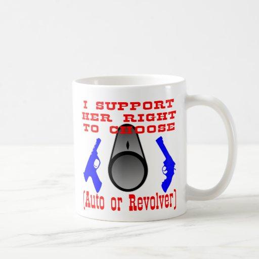 Apoyo la su derecha de elegir el auto o el revólve taza