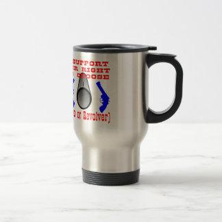 Apoyo la su derecha de elegir el auto o el revólve tazas de café