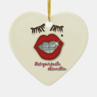 Apoyos brillantes, labios rojos, topo, y pestañas adorno navideño de cerámica en forma de corazón