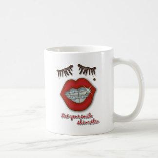 Apoyos brillantes labios rojos topo y pestañas tazas