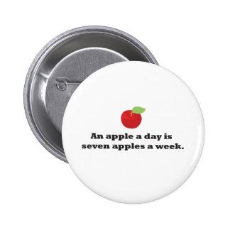 Apple al día… es 7 manzanas una semana pin redondo de 2 pulgadas