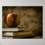 Apple encima de una pila de libros en un póster