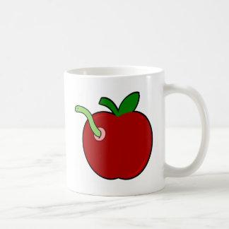 Apple lindo con el gusano taza de café