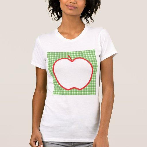 Apple rojo. Con el fondo verde y blanco del contro Camisetas