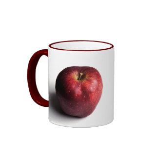 Apple rojo en blanco taza