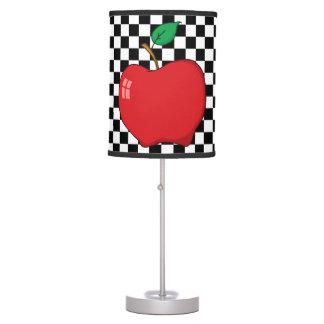Apple rojo en el tablero de damas blanco y negro