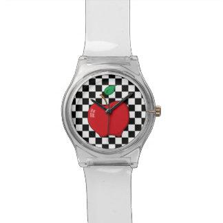 Apple rojo en el tablero de damas blanco y negro reloj