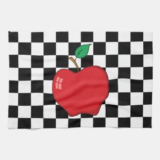 Apple rojo en el tablero de damas blanco y negro toallas de cocina