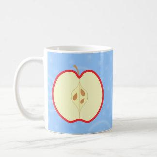 Apple rojo medio. Fondo azul del modelo del remoli Taza